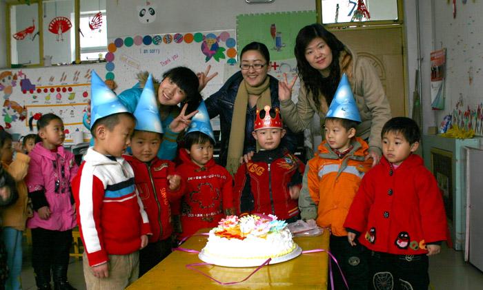 孩子在幼儿园过生日,既让孩子们一起分享幸福和快乐
