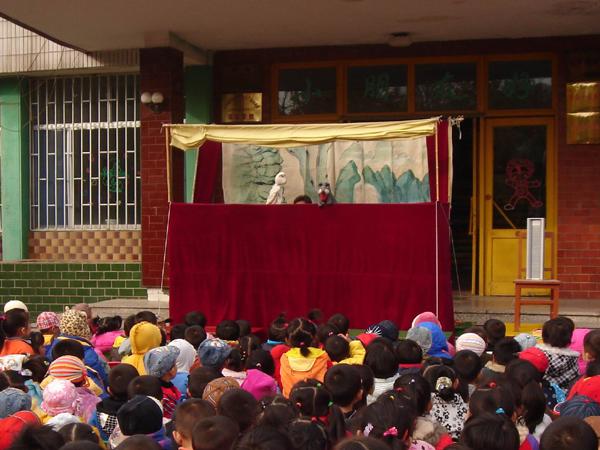 我校幼儿园组织观看木偶剧